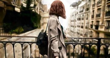 Vrouw op voorgrond met regen